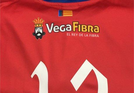 Camiseta roja para equipo de fútbol personalizada con logo Vega Fibra y número