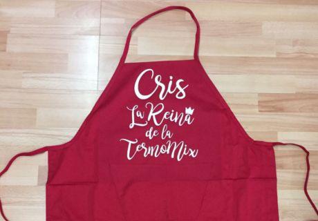 Delantal rojo con frase 'Cris, la reina de la termomix' en blanco serigrafiado