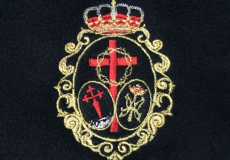 Escudo de colores bordado sobre prenda negra