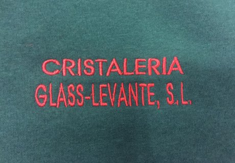 Logo empresa cristaleria bordado en rojo sobre sudadera azul