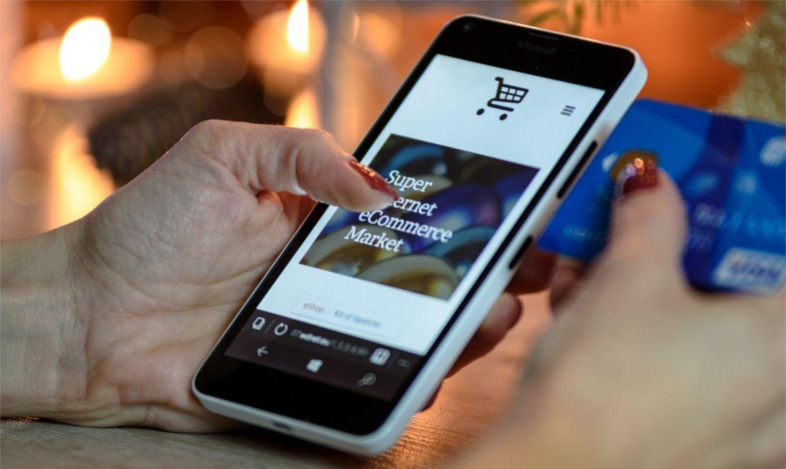 En la imagen podemos ver una teléfono en el que están haciendo una compra online