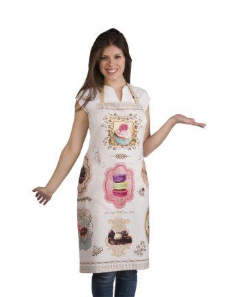 Mujer con delantal de cocinero rosa con dibujos de pasteles