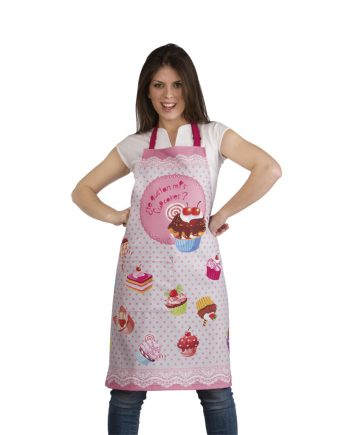 Mujer con delantal original rosa con dibujos de cupcakes