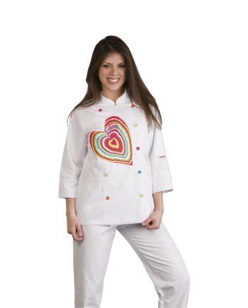 Mujer con chaqueta cocinero blanca la cual lleva el dibujo de un corazón