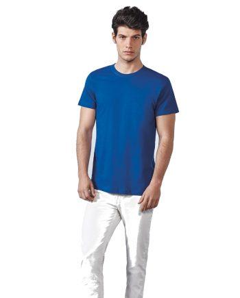 Hombre con camiseta básica azul de manga corta y pantalones blancos.