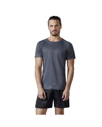 Hombre con camiseta de manga corta gris y pantalones negros