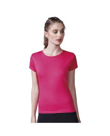 Mujer con camiseta manga corta rosa y pantalones negros