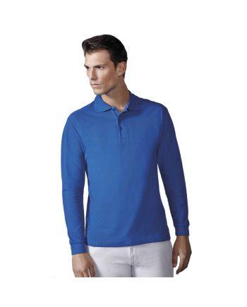 Hombre con polo azul de manga larga modelo Estrella y pantalones blancos