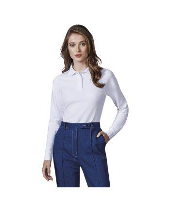 Mujer con polo blanco manga larga modelo Estrella y pantalones vaqueros