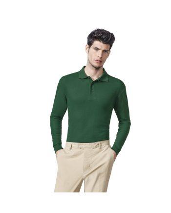 Hombre con polo verde botella y pantalones color beig