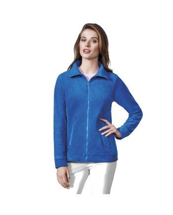 Mujer con polar Pirineo azul y pantalones blancos