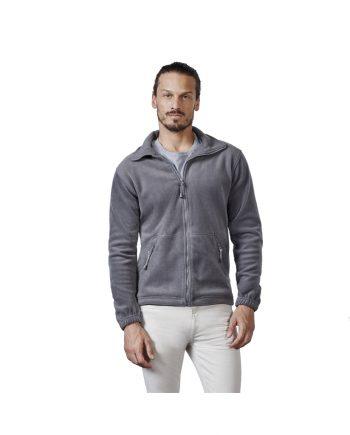Hombre con polar Pirineo gris y pantalones blancos