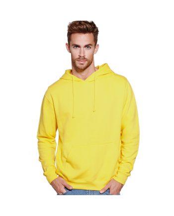 Hombre con sudadera con capucha amarilla y pantalones vaqueros