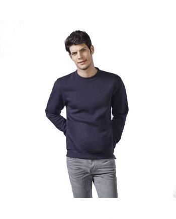 Hombre con sudadera color azul oscuro y pantalones vaqueros