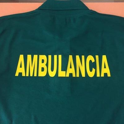 Camiseta verde personalizada con un vinilo textil amarillo en el que pone ambulancia